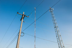 El palo del transmisor y los posts eléctricos Fotos de archivo libres de regalías