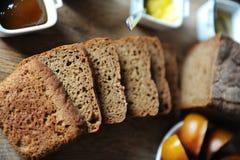 El pan ácimo hecho en casa fresco en la levadura se corta en un tablero de madera Porción del desayuno Foto de archivo libre de regalías