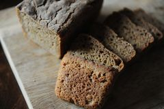El pan ácimo hecho en casa fresco en la levadura se corta en un tablero de madera Porción del desayuno Fotos de archivo libres de regalías
