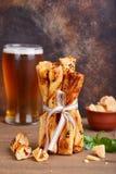 El pan barra grissini con el relleno del tomate y del queso parmesano fotografía de archivo libre de regalías