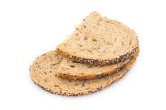 El pan blanco cortó el pan integral en una tabla de madera Fotografía de archivo libre de regalías