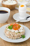 El pan con el requesón, tomates de cereza, hirvió el huevo y el coffe Imagen de archivo libre de regalías