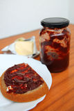 El pan con una mermelada de fresa Fotografía de archivo