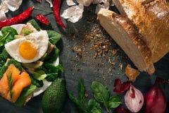 El pan de pan amargo está en la tabla Las verduras se arreglan alrededor Mentira de los huevos y de los salmones en los bocadillo Fotos de archivo