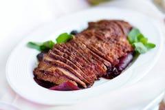 El pan de carne cortado delicioso de la carne de vaca sirvió en un partido o una recepción nupcial Foto de archivo libre de regalías