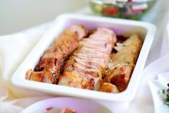 El pan de carne cortado delicioso del pollo o del pavo sirvió en un partido o una recepción nupcial Fotografía de archivo