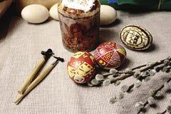 El pan de Pascua, cera pintó los huevos coloridos, palillos de madera, brotes encendido fotografía de archivo libre de regalías