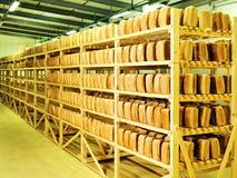 El pan en el hombre da el pan de la acción de la panadería Imagen de archivo libre de regalías