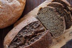 El pan hecho en casa blanco y negro del trigo fresco-coció los pasteles fotos de archivo libres de regalías