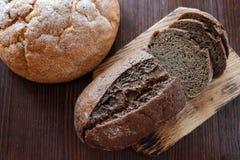 El pan hecho en casa blanco y negro del trigo fresco-coció los pasteles imágenes de archivo libres de regalías