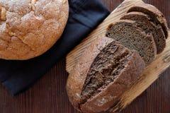 El pan hecho en casa blanco y negro del trigo fresco-coció los pasteles imagen de archivo libre de regalías