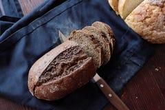 El pan hecho en casa blanco y negro del trigo fresco-coció los pasteles fotos de archivo