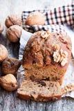 El pan hecho en casa del higo y de la nuez se apelmaza en la tabla de madera vieja Fotografía de archivo libre de regalías