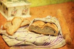 El pan hecho en casa se preparó de la harina del trigo, de la cebada y del alforfón Fotos de archivo