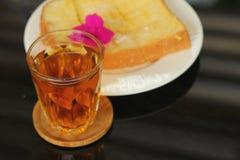 El pan, mantequilla, remató la leche con sabroso y té Fotografía de archivo