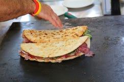 El pan plano cocinado también llamó piadina en de lengua italiana en Fotografía de archivo libre de regalías