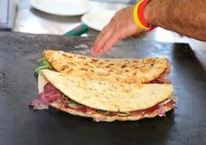 El pan plano también llamó piadina en de lengua italiana Fotos de archivo