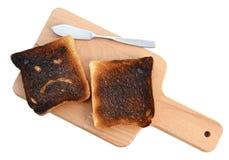 El pan quemado de la tostada aisló el fondo blanco con la trayectoria de recortes Imagen de archivo