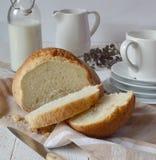 El pan y la leche del desayuno están en la tabla Fotos de archivo