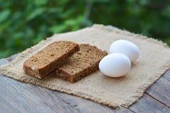 El pan y los huevos cocidos de centeno del corte Fotografía de archivo libre de regalías