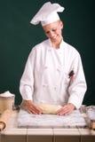 El panadero clasifica el pan Fotografía de archivo