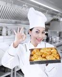 Panadero feliz con los croissants Imagen de archivo