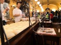 El panadero del milhojas que trabaja en él imágenes de archivo libres de regalías