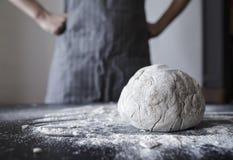 El panadero está en una actitud con las manos en las caderas, satisfechas y orgullosas imagenes de archivo