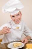 El panadero prueba la empanada Imagen de archivo libre de regalías
