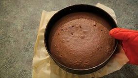 El panadero puesto coció la torta de chocolate en la tabla de cocina Torta de chocolate hecha en casa Torta caliente fresca de pa almacen de video