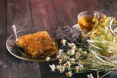 El panal de oro con el tilo de la miel y del té florece en el CCB de madera Foto de archivo libre de regalías