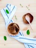 El panal en cuenco de madera con las hierbas disposición acuña, del tomillo y del sabio Imágenes de archivo libres de regalías