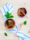 El panal en cuenco de madera con las hierbas disposición acuña, del tomillo y del sabio Fotografía de archivo libre de regalías