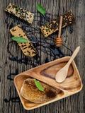 El panal y la miel con la hierbabuena, el tomillo y el sabio pusieron en d Imagenes de archivo