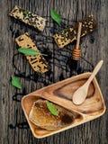 El panal y la miel con la hierbabuena, el tomillo y el sabio pusieron en d Imágenes de archivo libres de regalías