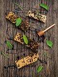 El panal y la miel con la hierbabuena, el tomillo y el sabio pusieron en d Fotos de archivo