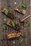 El panal y la miel con la hierbabuena, el tomillo y el sabio pusieron en d Imagen de archivo libre de regalías