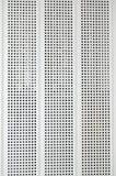El panel blanco con filas verticales de aberturas. Fotos de archivo libres de regalías