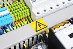 El panel con el equipo eléctrico imagen de archivo