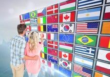 el panel con las banderas, digitación de los pares una bandera imágenes de archivo libres de regalías