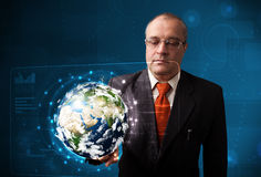 El panel de alta tecnología conmovedor de la tierra 3d del hombre de negocios Imagen de archivo libre de regalías