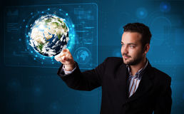 el panel de alta tecnología conmovedor de la tierra 3d del hombre de negocios Fotos de archivo libres de regalías