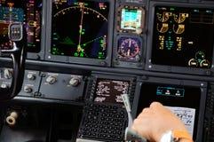 El panel de aviones comerciales en la noche Fotos de archivo