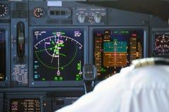 El panel de aviones comerciales en la noche Imagen de archivo