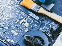 El panel de control electrónico, repara la PC del ordenador portátil, el ordenador y la placa madre Instala la CPU del equipo foto de archivo