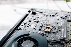 El panel de control electr?nico, repara la PC del ordenador port?til, placa madre del ordenador Instala la CPU del equipo Foto de fotos de archivo