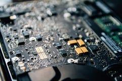 El panel de control electr?nico, repara la PC del ordenador port?til, placa madre del ordenador Instala la CPU del equipo imágenes de archivo libres de regalías