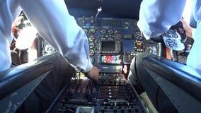 El panel de control en el avión Shevelev metrajes