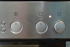 El panel de control de plata delantero de la estufa con cambiar de las manijas fotografía de archivo libre de regalías
