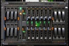 El panel de estante del servidor de red con los discos duros Imágenes de archivo libres de regalías